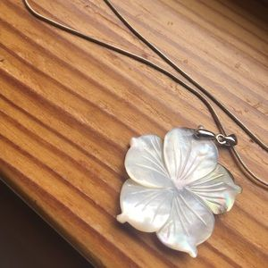Jewelry - 18k white gold abalone shell flower necklace